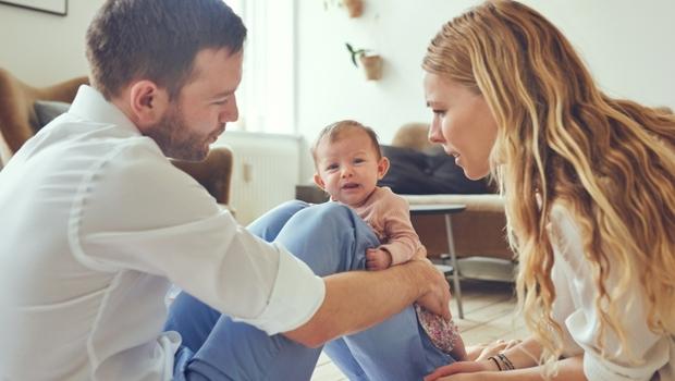 如果另一半跟孩子同時在哭,你會先去抱誰?為何心理師會說:先去抱小孩,你就錯了!