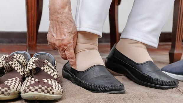 只是穿錯鞋,恐讓你足底筋膜炎、拇指外翻!物理治療師公開「挑好鞋關鍵」避免腳出問題
