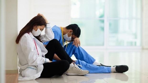 病人怒吼「躺床上的是你爸,你還會這種態度嗎?」護理師的真心話:要求我們「視病猶親」很傻!大家不知道醫護的家人有多慘...