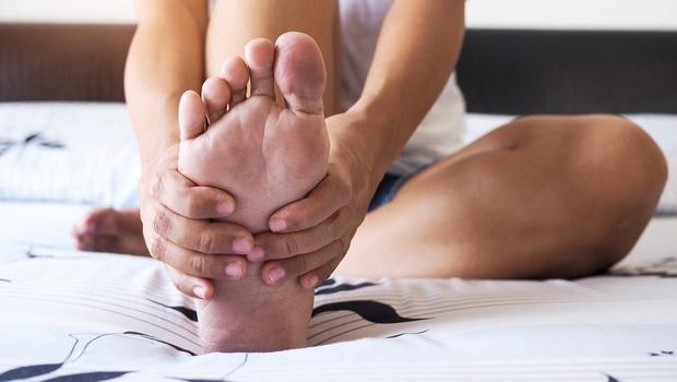 你以為「日走萬步」很健康?竟讓復健科醫師得「足底筋膜炎」!起床前先做「醒腿暖足操」緩解腳底疼痛