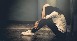一位明星國中女孩的自殺現場:沒有遺書,為何卻只有裝滿保溫瓶的背包?資深警察揭「真相」,爸媽聽了再也說不出話...