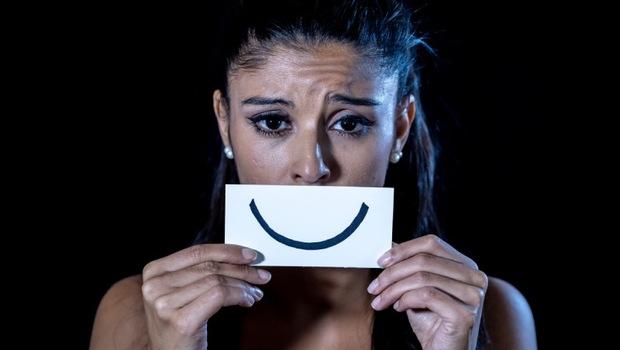 你聽過「微笑型憂鬱症」嗎?愛逗別人笑、朋友多...有「這些」人設,你可能也病了!一個憂鬱症女孩的病後告白