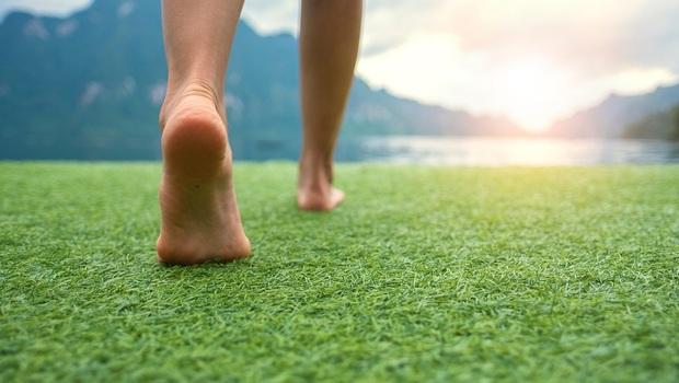 改善自律神經失調,從「赤腳接地氣」開始!還能治失眠,中醫師親授「光腳走路」4大關鍵