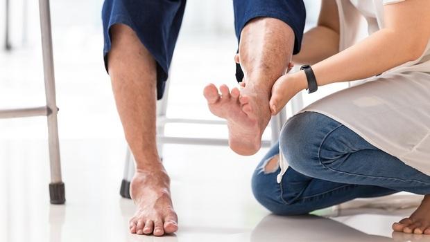 「走路痠痛、無力」別以為只是筋骨出問題...血管恐已阻塞!醫師:避免「下肢阻塞」你該知道的1個關鍵