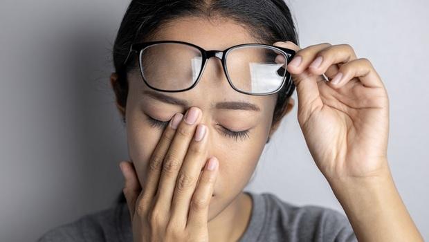 你的「飛蚊症」是伴隨痠澀還是脹痛?中醫師的「茶飲調理法」:一杯菊花茶,改善眼模糊