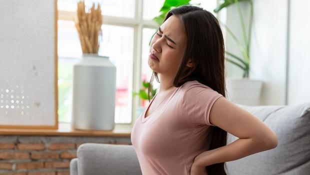 下背痛分2種,沒處理竟恐讓你骨鬆、關節變形!醫師教你:從「休息」判斷是哪種