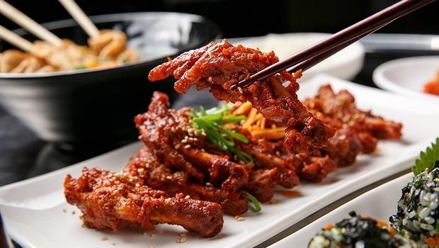 人一便秘,就容易老!吃雞爪、牛筋助排便...中醫師教你:菜市場裡的「這9種食物」潤腸顧肺