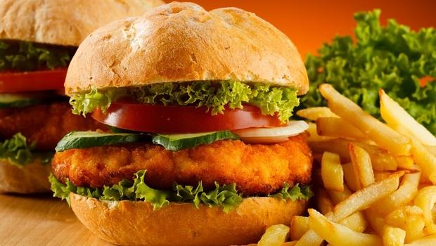 「我是營養學博士,垃圾食物照吃!」營養學教授:比吃泡麵、薯條還傷身的,其實是「這4種飲食習慣」