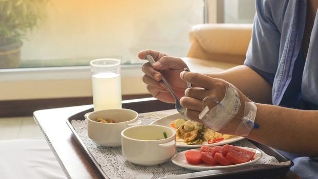 厭食、嘔吐、營養不良...癌症治療後副作用一堆!醫生建議:癒後進補關鍵在「術後這8週」