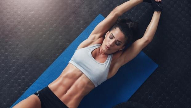 用30秒喚醒深埋的「六塊肌」!健身作家教你:在家就能做的「簡單7招」訓練動作,鍛鍊完美腹肌
