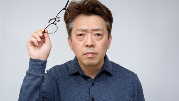 眼睛肌肉20歲就開始老化!眼科醫師教你:「瞄三眼」祕技預防老花、視力模糊,還能舒緩肩頸痠痛