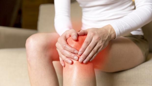膝蓋痛的人,該穿「這2種鞋」!骨科醫師:從預防到改善,你一定要知道的7件事