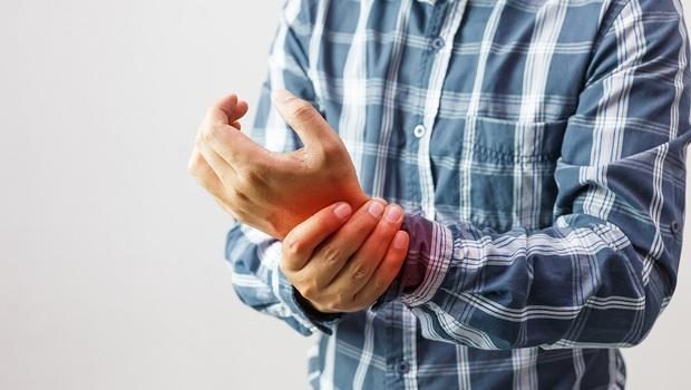 又痛又僵硬,越休息越痛!我是「類風濕性關節炎」還是「退化性關節炎」?醫師教你3點分辨