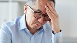 「頭痛」按太陽穴?錯了!其實你該按的是手!醫師教你找「關鍵按點」改善8成疼痛