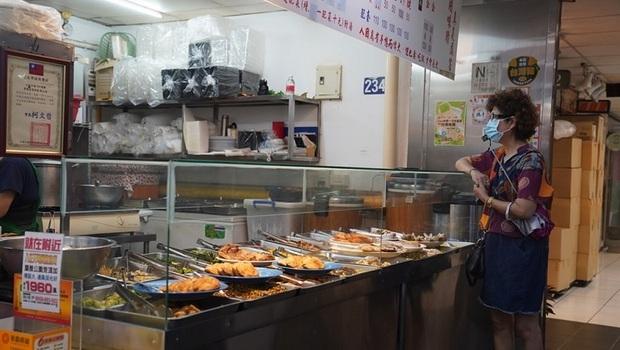 疫情升溫》台北市5/24起,飲食、飲料店全面停止內用!
