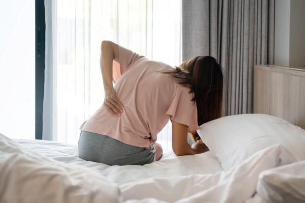 床墊一換再換仍睡到腰痠背痛 竟是這個疾病造成… 下背疼痛超過3個月 盡速就醫可避免脊椎變形