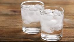 「冰水」不是萬惡敵人!婦產女醫師:喝冰水不會傷子宮、讓月經排不出來,更不會讓小腹變大