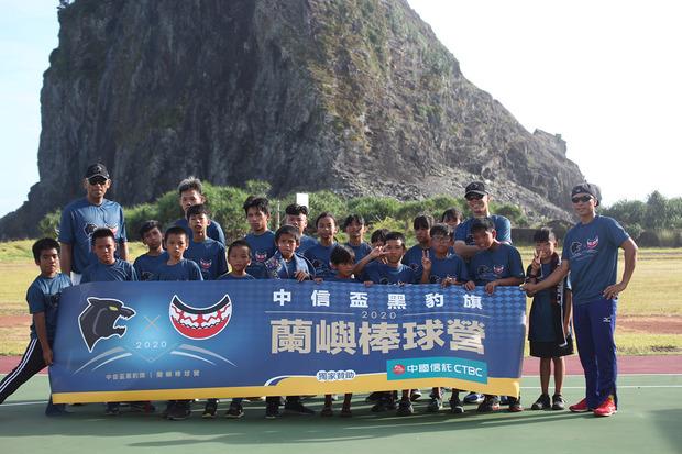 12歲蘭嶼少女為棒球夢,牽愛犬徒步7公里,中國信託攜手國家級教練團進小島,力挺「臺版甲子園」